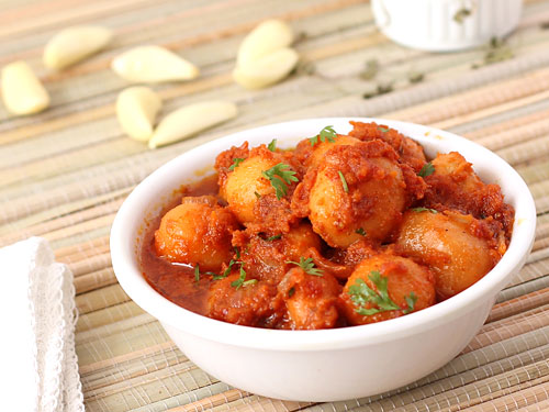 Lasaniya batata recipe hot spicy gujarati garlic potato curry hot and spicy lasaniya batata forumfinder Images