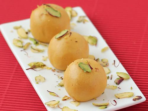 Besan Laddu Recipe - Saffron & Cardamom Flavored Crisp Besan Ke Laddu